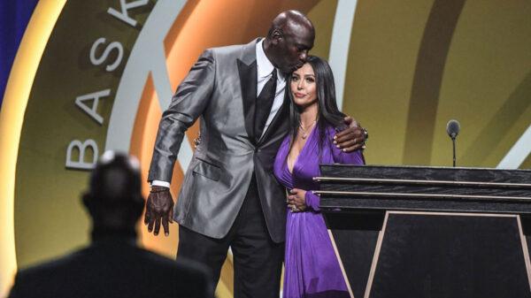 Michael Jordan kisses Vanessa Bryant on the forehead at 2021 Basketball Hall-of-Fame